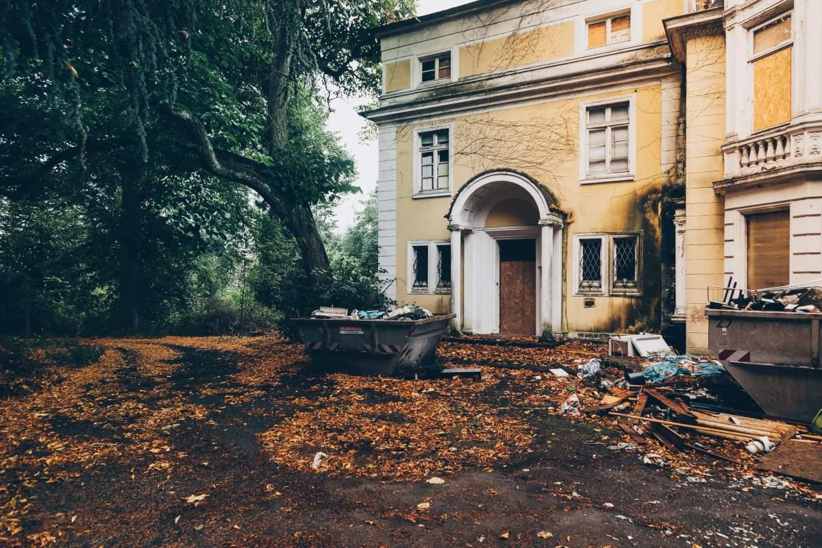 Die verlassene gelbe Villa