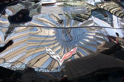Sony Center Dach - gespiegelt auf einer Motorhaube