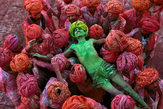steve mccurry Holi amazing photographs (3)