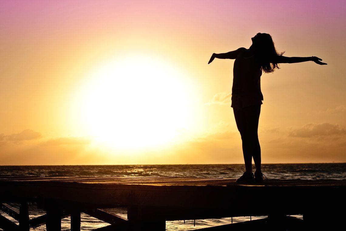 フリー写真画像: シルエット, 日の出, 女性, ビーチ