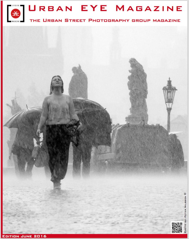 Svart vit bild av kvinna i regnigt Prag.