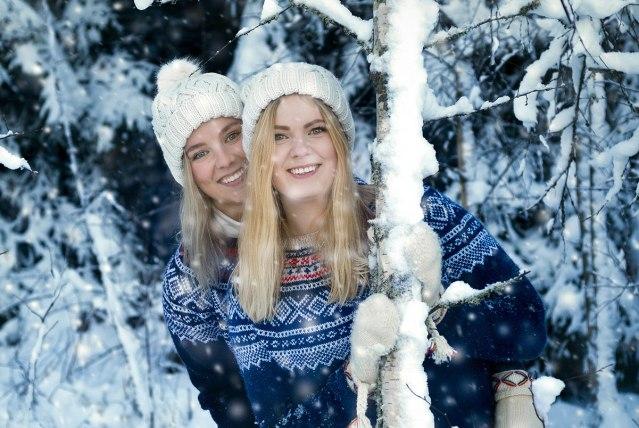 två unga kvinnor i vinter skogen