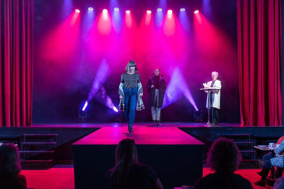 Kvinnlig modell visar kläder på Ritz Arvika
