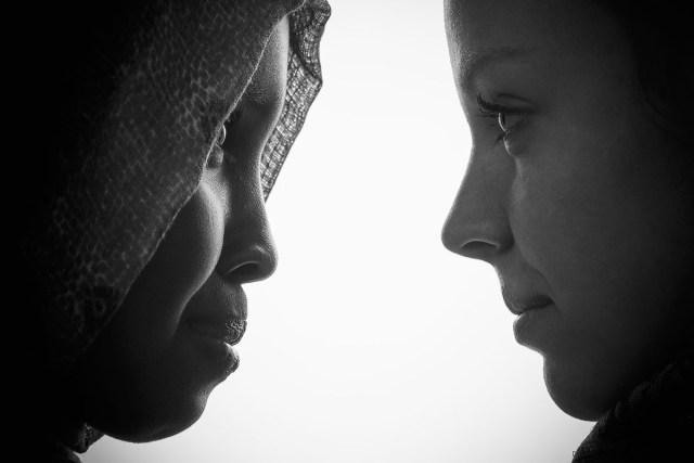 profilbild av två unga kvinnor med ansiktet mot varandra