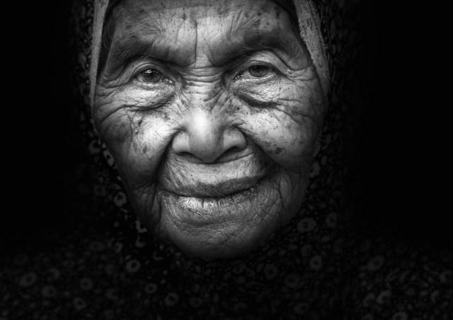 Porträtt av äldre kvinna i mörker