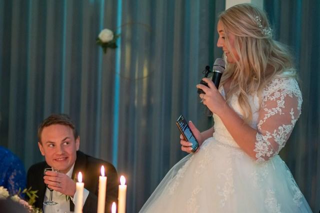 Bruden håller tal för brudgummen på Scandic hotell i Arvika