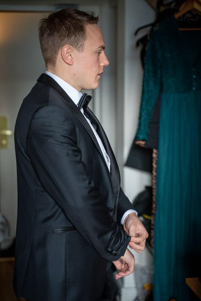 Brudgummen förbereder sig för bröllop på Scandic hotell i Arvika