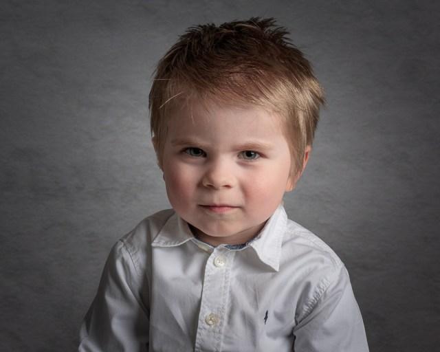 studio bild av liten pojke