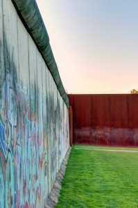 Blick an der Mauer entlang