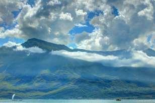 Die Wolken hängen in den Gipfeln