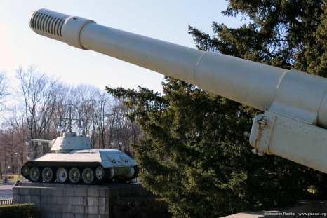 T-34/76-Panzer und 152-mm-Kanonenhaubitze M1937