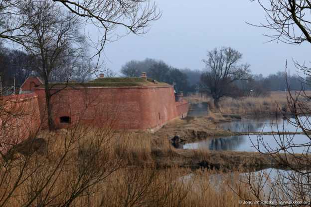 Die Mauern an der Flussseite