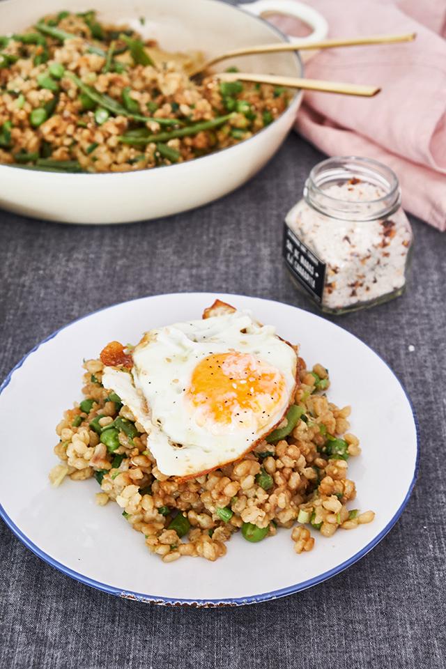 Trigo frito de primavera con huevo montado y semillas de sésamo