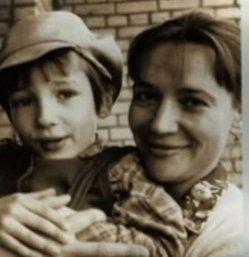 Павел с мамой Еленой Санаевой.