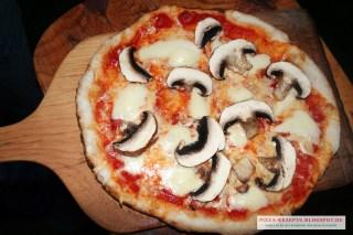 Pizza Funghi frisch aus dem Ofen