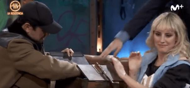 Mario Casas desvela el contenido de la caja de La Resistencia