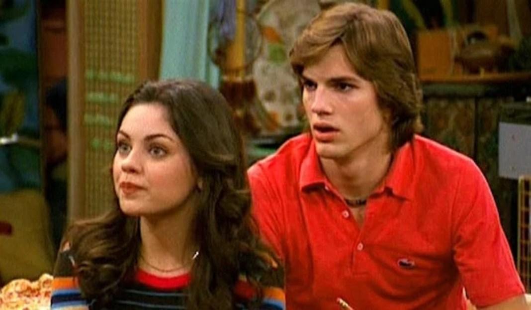 Mila Kunis y Ashton Kutcher con el elenco de 'That '70s Show'