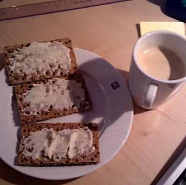 Hrökkbrauð með létt smurosti og kaffibolli með létt mjólk