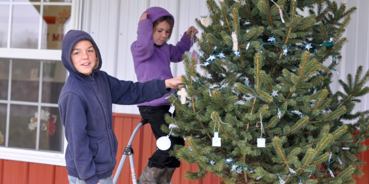 kids decorating christmas tree_blog_7