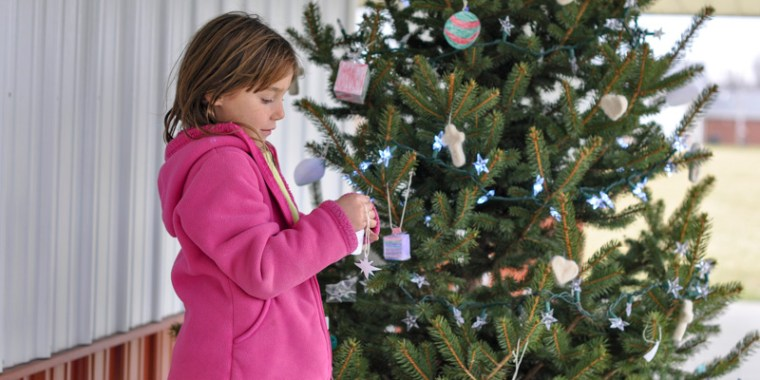 kids decorating christmas tree_blog_9
