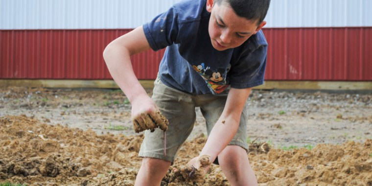 boys digging for worms_blog_1