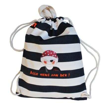 Stevige nautische gymtas met piraat. Het stoere piraatje is een illustratie van Atelier Pjut. Deze canvas tas is gemaakt van biologisch katoen.