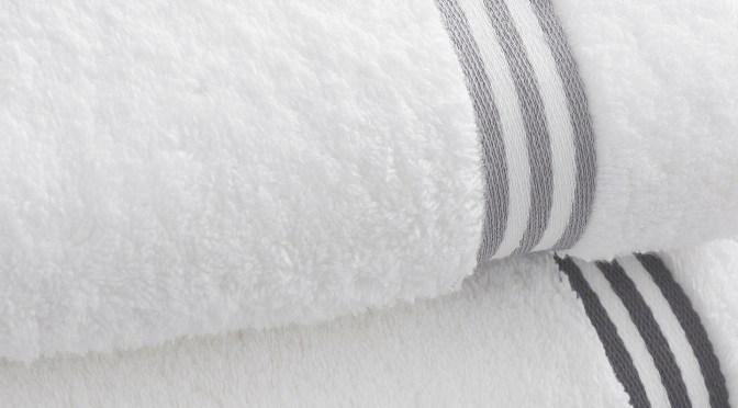 ręcznik w pokoju hotelowym