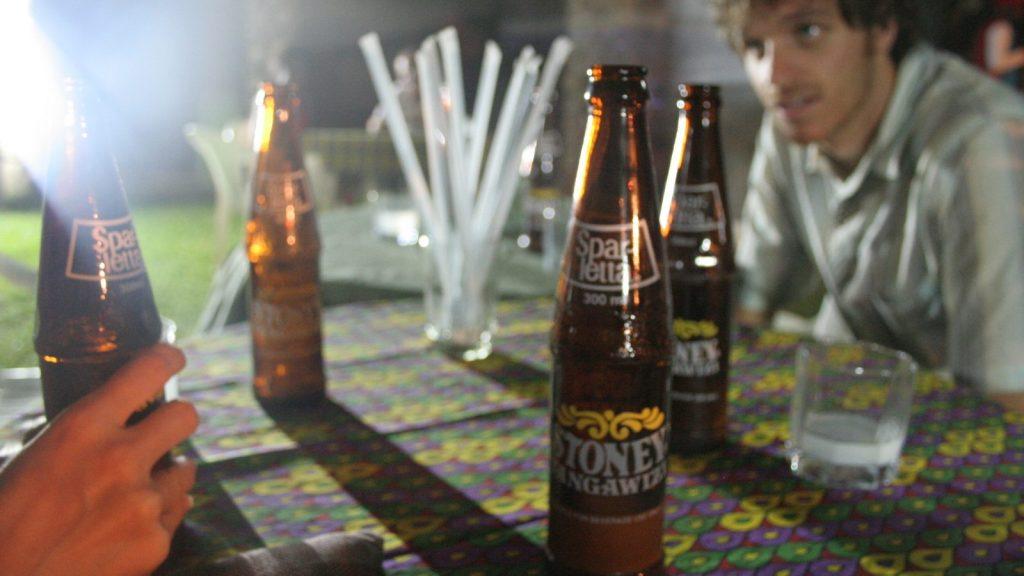 Eric Pederson - Enjoying some bottles of Stoney Tangawizi in Beni, North-Kivu, Democratice Republic of Congo. Licencja Creative Commons.