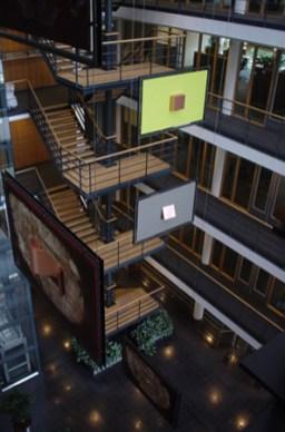Zeven panelen op zes verdiepingen