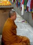 Monnik-in-meditatie-bij-Mahabodhi-stoepa-