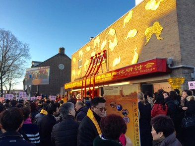 Honderden mensen wachten tot ze de tempel binnen mogen gaan.