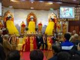 De aanwezigen luisteren naar een toespraak van meneer Hu, de initiatiefnemer van de tempel.