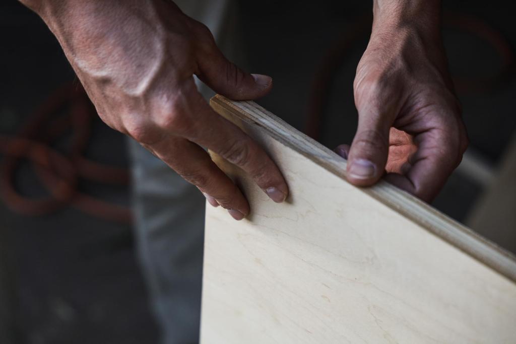 Mãos a trabalhar contraplacado de madeira