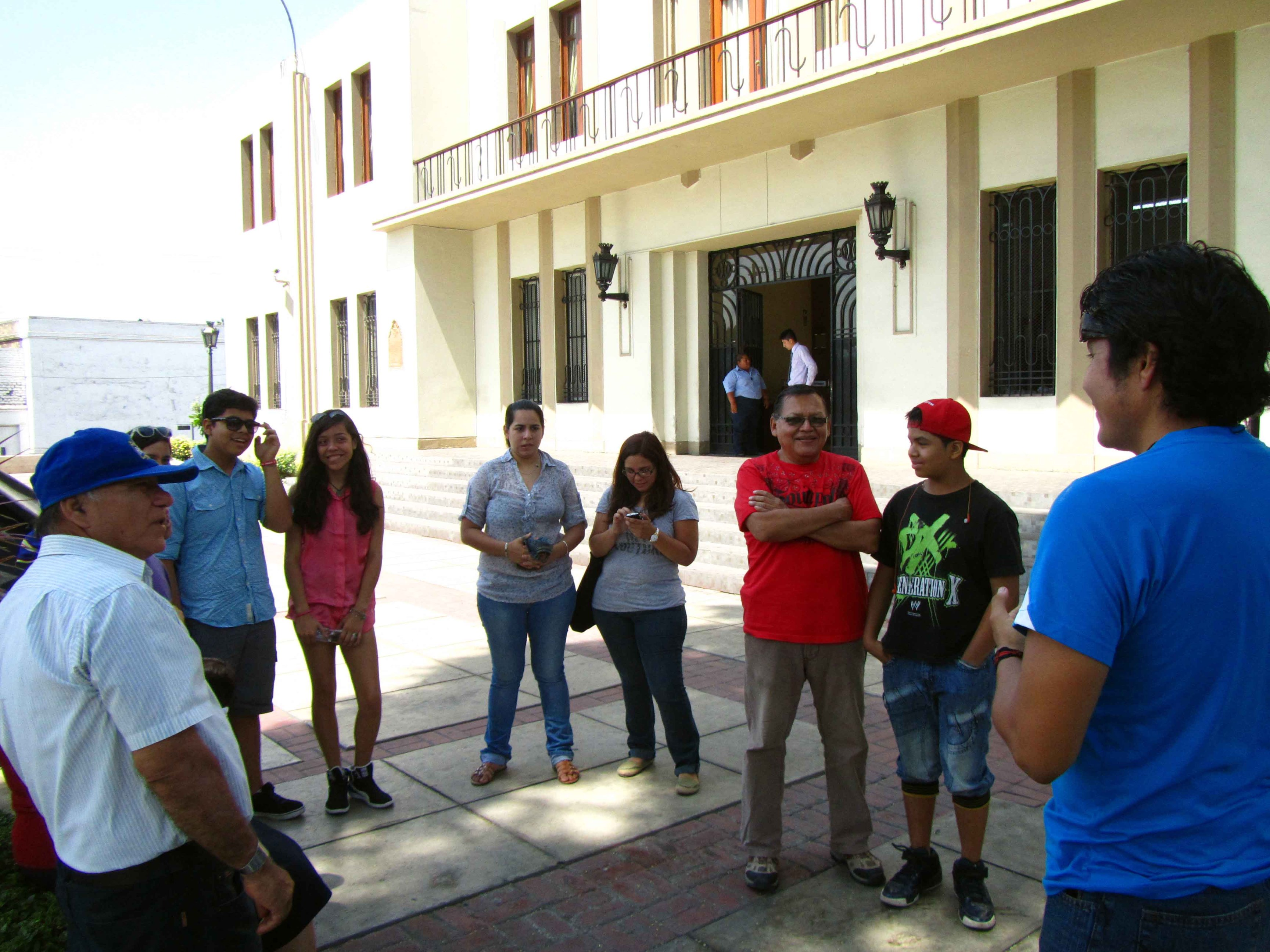 Con nuestro guía antes de iniciar el tour. With our guide before the tour begins. Photo credit, placeOK
