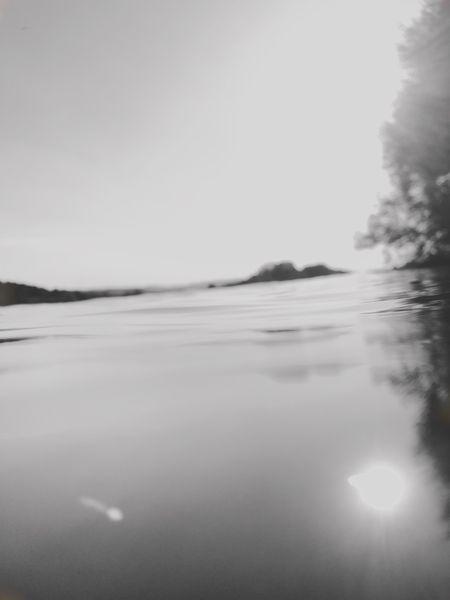 Wasseroberfläche reflektiert Sonnenstrahlen - SW-Foto