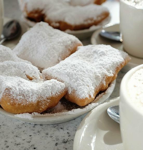 Beignets_and_Café_au_Lait_at_Café_du_Monde,_New_Orleans