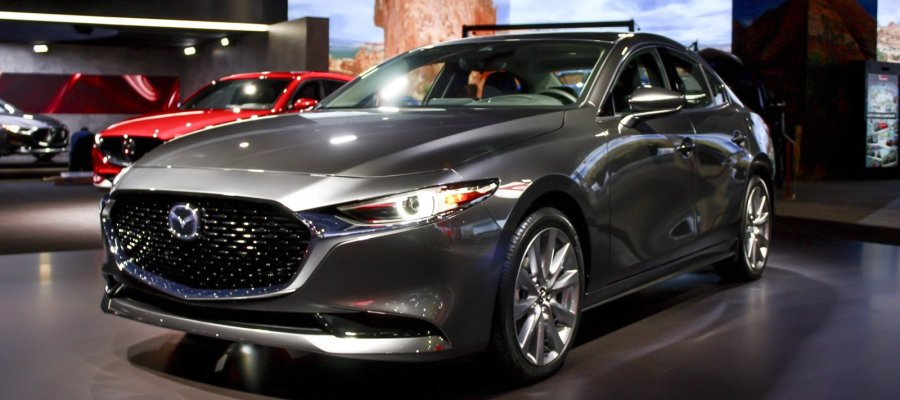 Mazda 3 2019 sedan durante un auto show