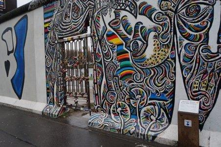 Puerta metálica en el East Side Gallery