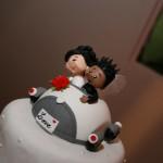 Noivinhos de topo de bolo em carro