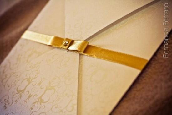 Convite de casamento com laço chanel dourado. Foto: Fernanda Ferraro.