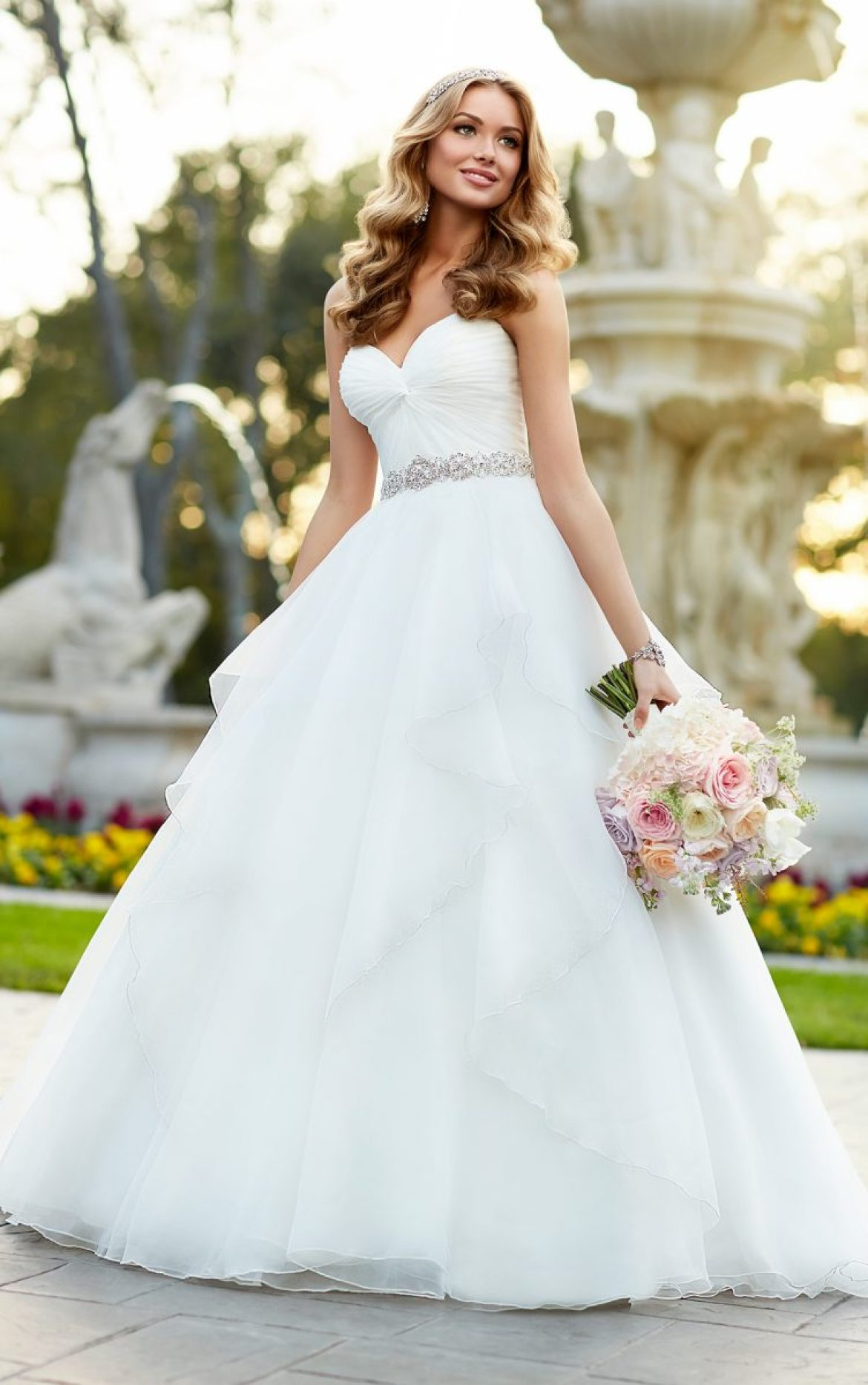 Vestido de noiva tomara-que-caia corte princesa, com cintura justa e cinto de strass. Da Stella York.