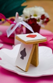 Biscoito em forma de cartas de baralho para chá de cozinha inspirado em Alice no país das maravilhas