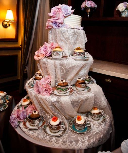 """""""Bolo"""" de cupcakes em xícaras de chá"""