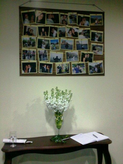 Mesa com livro de assinaturas de casamento