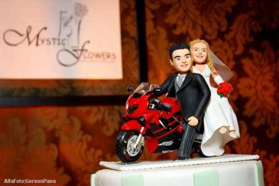 Noivinhos de topo de bolo na moto, da Mystic Flowers