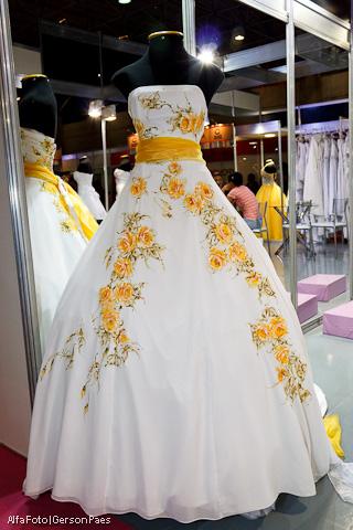 Vestido de noiva pintado à mão, com detalhes em amarelo, do ateliê Pedrinho Fernandes