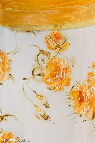 Detalhe de vestido de noiva pintado à mão, com detalhes amarelos, do ateliê Pedrinho Fernandes