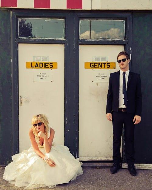 Casamento rock: foto engraçada de noivos na porta do banheiro