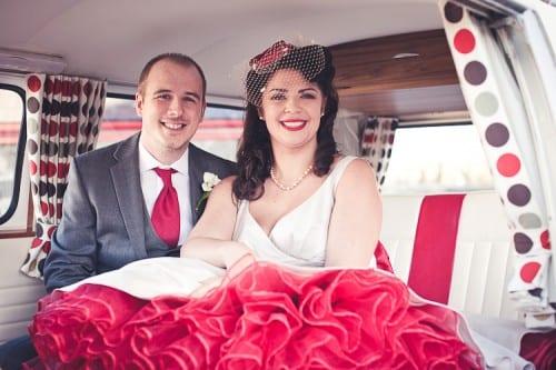Noiva e noivos estilo rock vintage anos 50 no carro