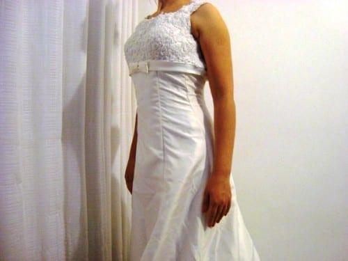 Vestido de noiva de zibeline, corte império, busto bordado em vidrilhos e laço chanel